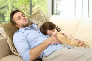 Far og datter på sofa med godt inneklima fra Egset Ventilasjon